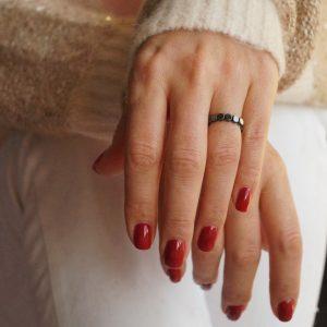 pierścionek na gumce z płaskich kamieni hematytów_made of stone_permane bizuteria 6